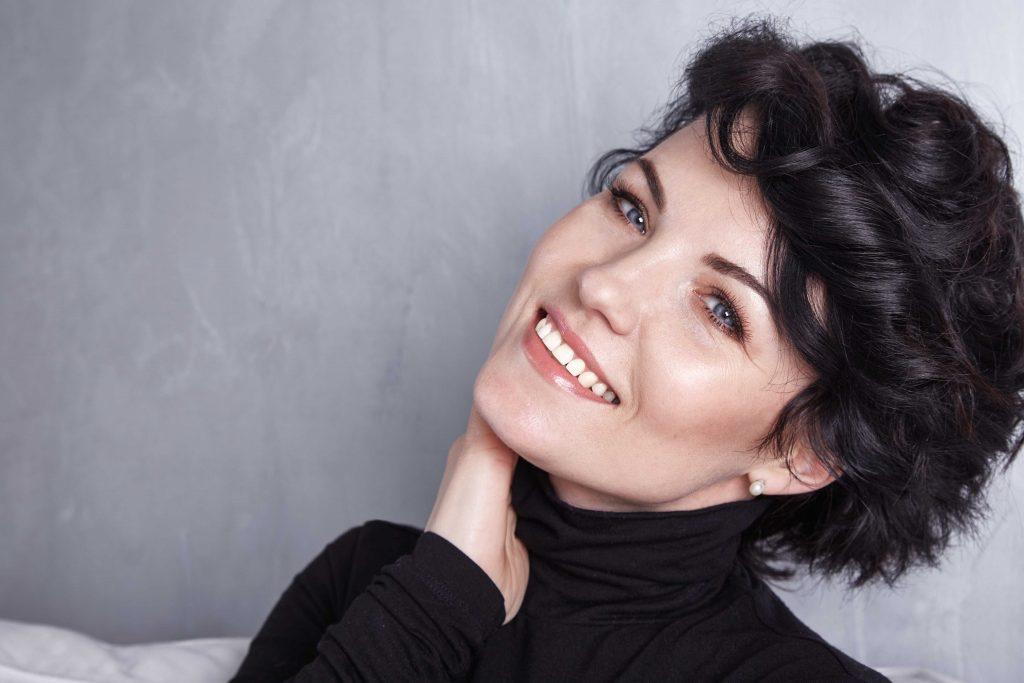 Porträt einer brünetten Frau mit leichtem Make-up